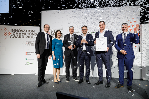 First place for ONCITE: Dr Sebastian Ritz from German Edge Cloud (centre) and Dieter Meuser from IoTOS (centre right) are delighted with the 2020 Innovation Champions Award. (Photo: Thorsten Jochim)